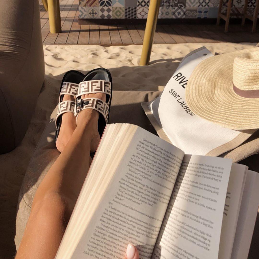 Чтение книги на пляже