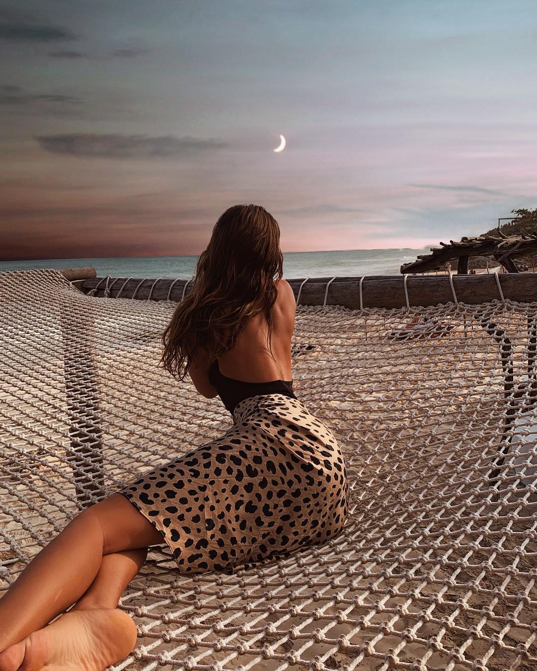 Стильная девушка в гамаке в Мексике