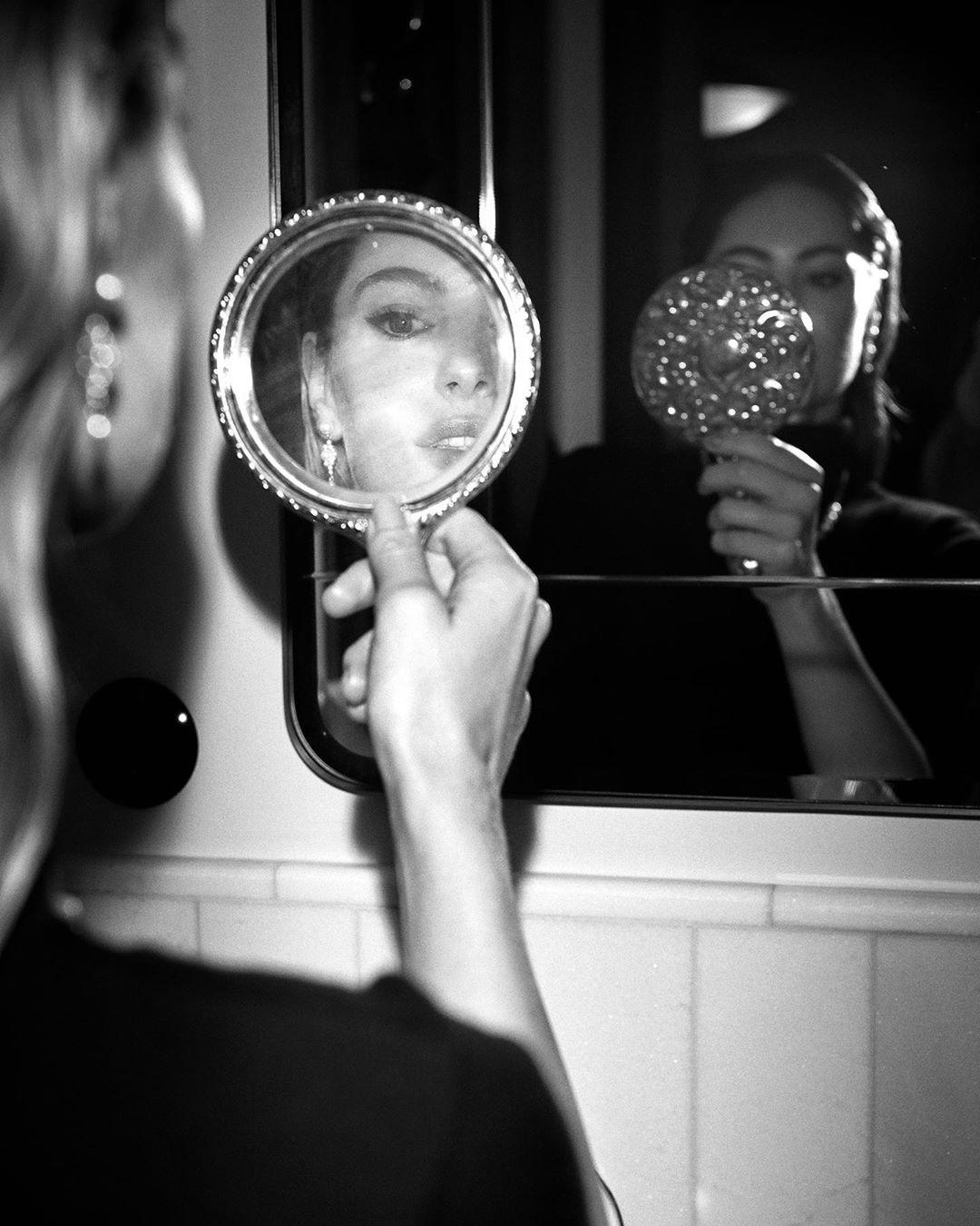 Женщины смотрится в зеркало
