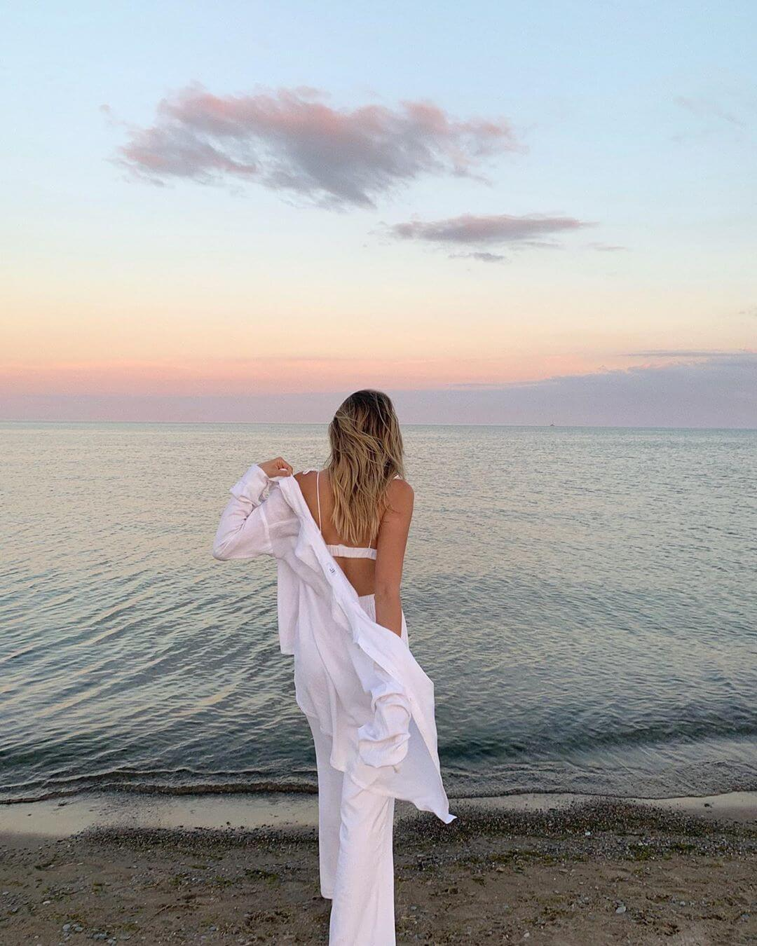 Девушка у моря на закате